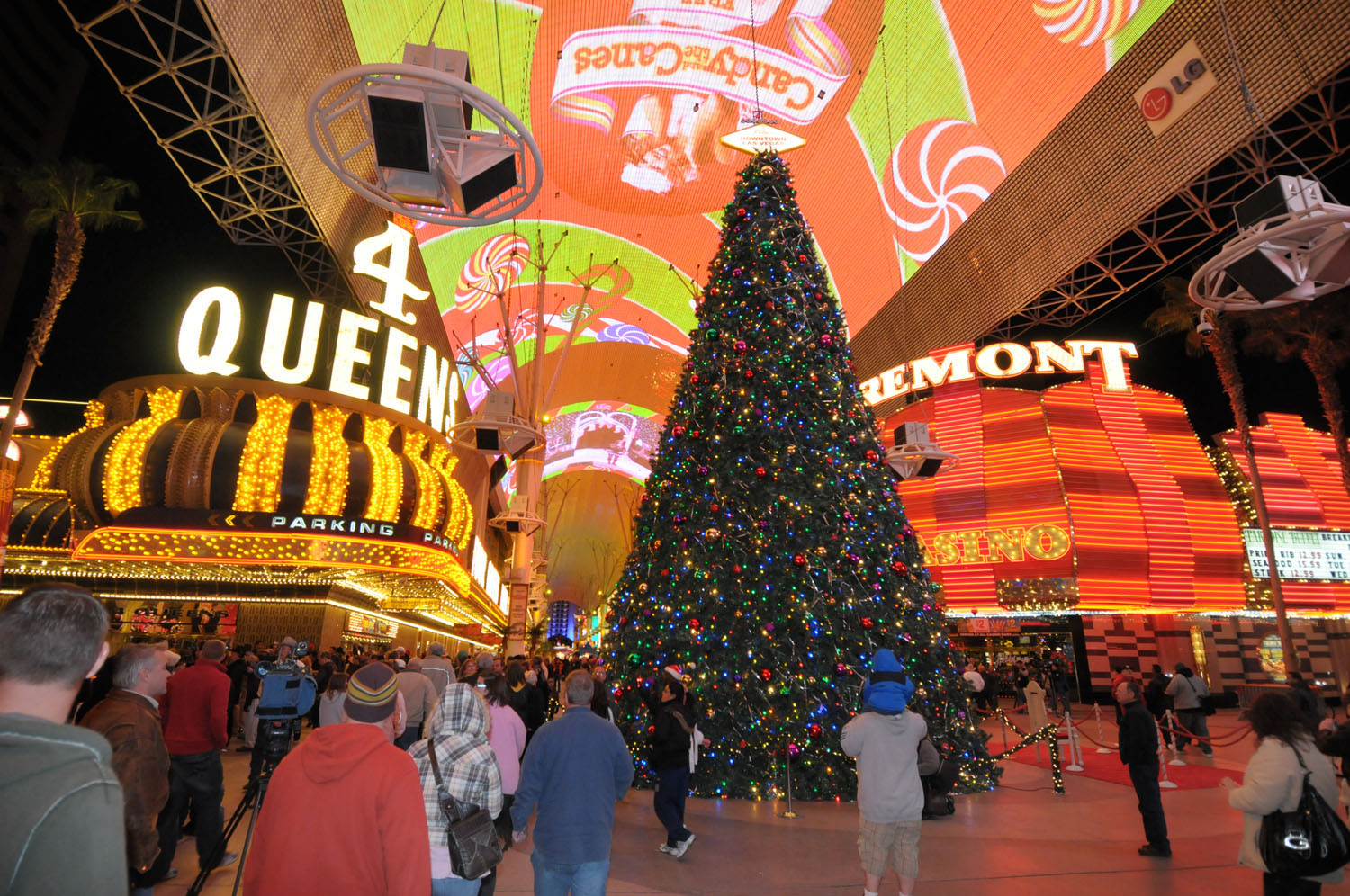 Christmas in las vegas lavish holiday d cor fashionwindows for When does las vegas decorate for christmas
